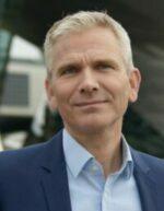 Profilbild von dem Rechtsanwalt und Mediator Andreas Heintz. Graue Kurzhaarfrisur, hellblaues Hemd ohne Krawatte, blaues, halb offenes Sakko, schaut freundlich, aber nicht lachend.